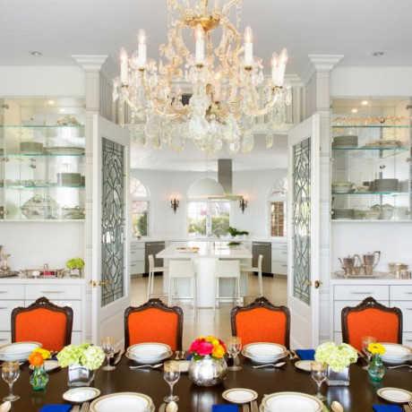 Không gian trắng của tủ bếp đồng điệu với đèn chùm thủy tinh, vừa tạo nét đẹp kiểu quý phái nhưng vẫn phù hợp với phòng ăn