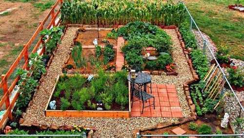 Khu vườn nhỏ với hàng rào xung quanh, thậm chí có cả bộ bàn ghế phụ vụ cho những phút giây thư giãn.