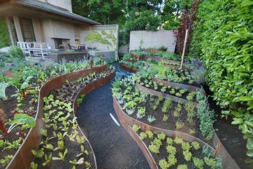 Một cách sáng tạo và bắt mắt để phân chia các mảng rau trồng khác loại.