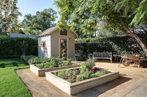 Một ý tưởng khung gỗ khác cho những căn hộ có sân bê tông chật hẹp và không có đủ đất trồng nhiều cây rau.