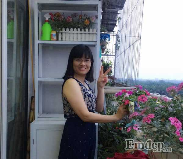 Chị Linh và cậu vô cùng thích thú với ban công nhỏ trồng nhiều loại cây. Ảnh: NVCC.