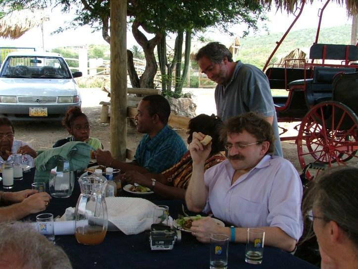 Jan aan het genieten van het eten in Santha Martha, Curaçao