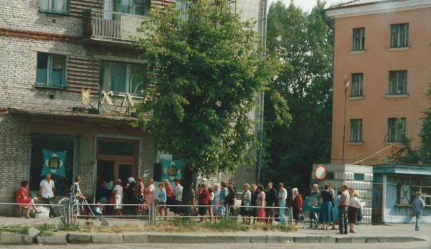 foto rij wachtende russen voor de winkel