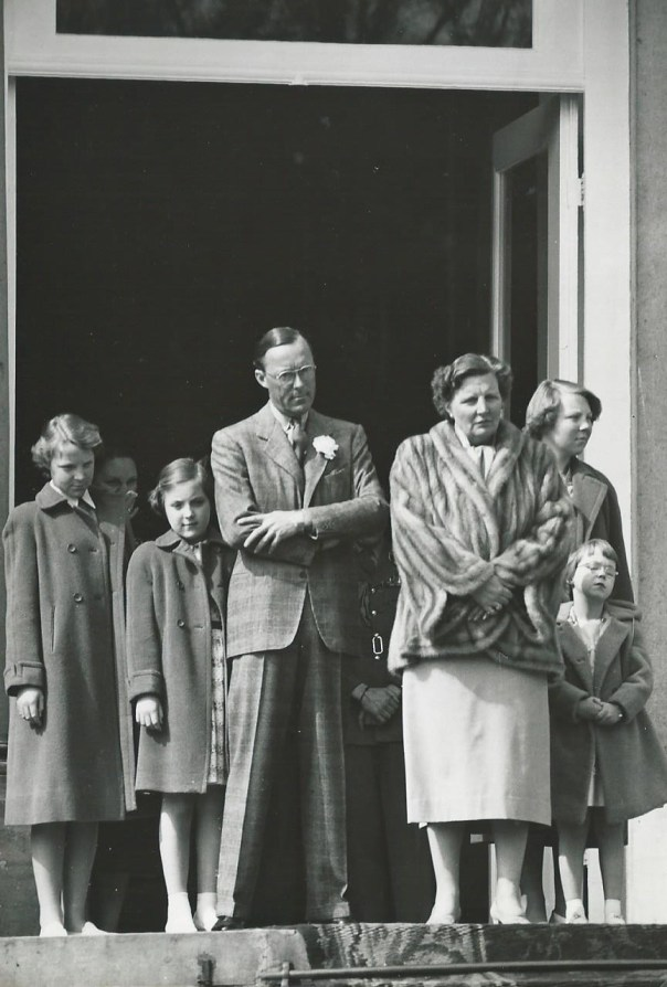 Koningin Juliana op het bordes 1954