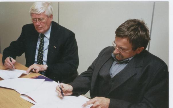 Contract ondertekening met Wiegel