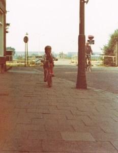Mijn dochter fietste rond op onze stoep (vorige eeuw)