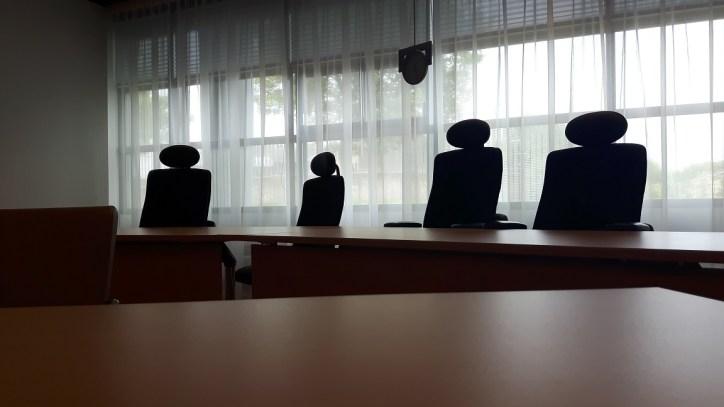 De stoelen van het College