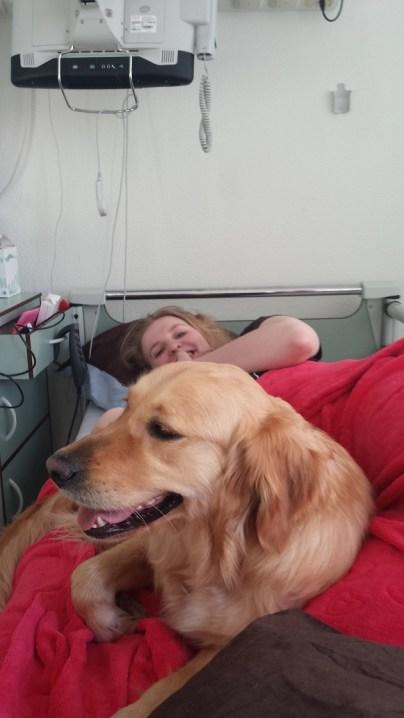 Hulphond Daan ligt bij Jeske op ziekenhuisbed