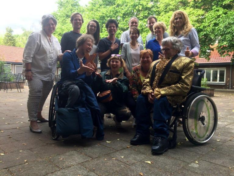 Regisseur Mari Sanders met zijn team en de EO die het mogelijk maakte