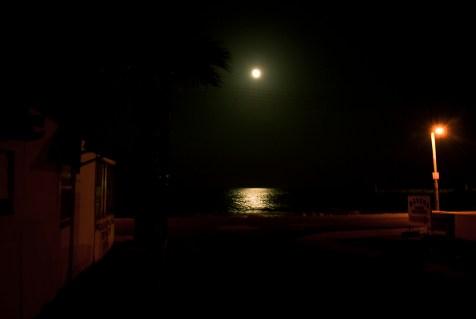 ...i księżyc odbijający się w morzu.