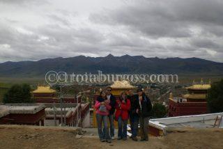 FOTO DE GRUPO EN EL FOTO DE GRUPO EN EL MONASTERIO CHODE CHOMPA, AL FONDO LITANG