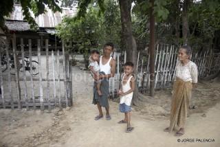FAMILIA EN UN PUEBLO CERCA DE TAUNGOO