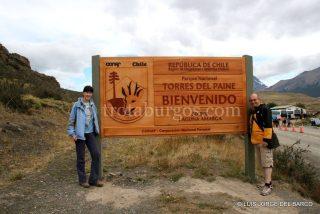 ARANCHA Y L. JORGE JUNTO AL CARTEL DEL PARQUE NACIONAL TORRES DEL PAINE