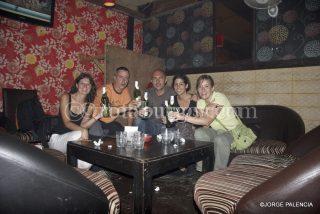 ELENA, JORGE, JORGE, DIANA Y BEATRIZ BRINDANDO EN MY BAR EN MAIN BAZAR, DELHI