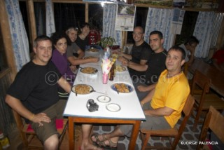CENANDO EN EL HOLLIDAY TREKKERS LODGE EN NGADI