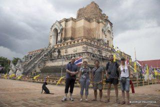 L. JORGE, BEATRIZ, ENMANUEL, MANOLO Y JESICA JUNTO AL ANTIGUO WAT CHEDILUANG VARAVIHARN EN CHIANG MAI
