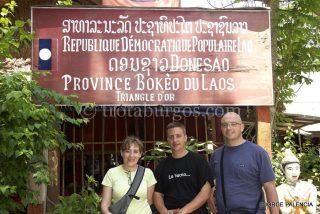 BEATRIZ, JORGE Y L. JORGE JUNTO AL CARTEL DEL PUEBLO LAOSIANO DONE XAO EN EL TRIÁNGULO DE ORO