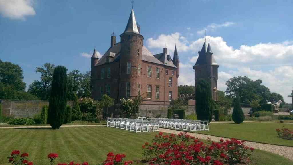 trouwceremonie in kasteeltuin