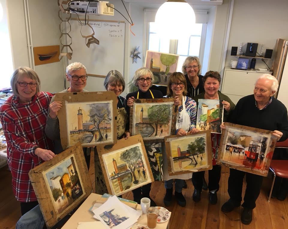 Akvarellkurs deltagare står med sina akvarellövningar