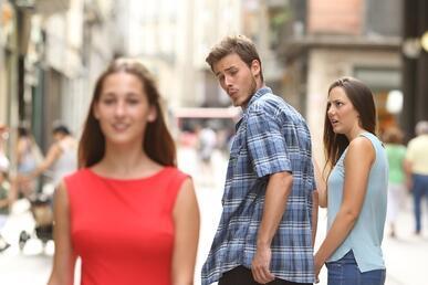 Il meme del fidanzato distratto: quando la tentazione diventa ironia! (News, Pensare)