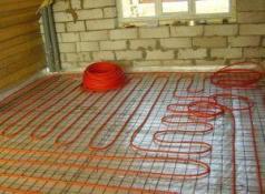 фото: монтаж отопления из стакловолокна в полу