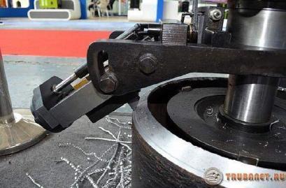 фото: механизированное устройство для металлических трубопрокатных изделий