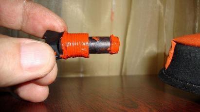 Фото 5. Применение герметика для уплотнения резьбы на трубе