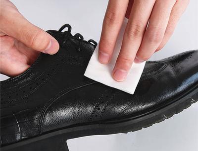 Limpiar zapatos de piel
