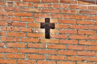 The cross in the wall of one of the houses in Trudna.