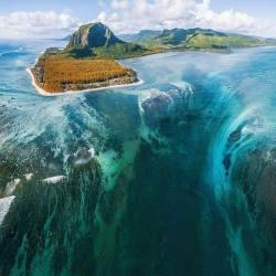 Underwater waterfall off the island of Mauritius :o