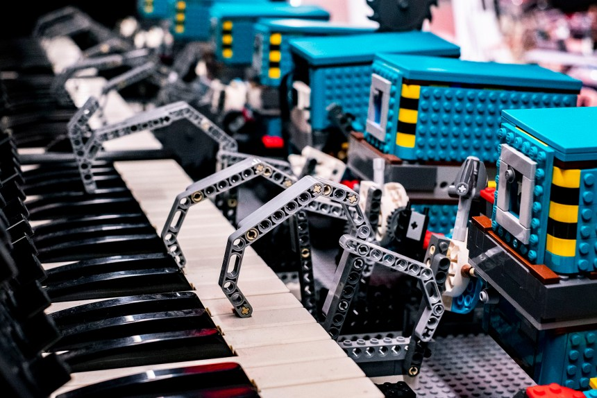 Droids playing piano