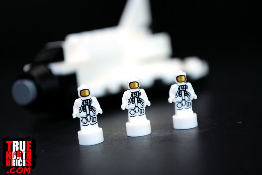 Astronaut micro-figurines included with the ISS set.