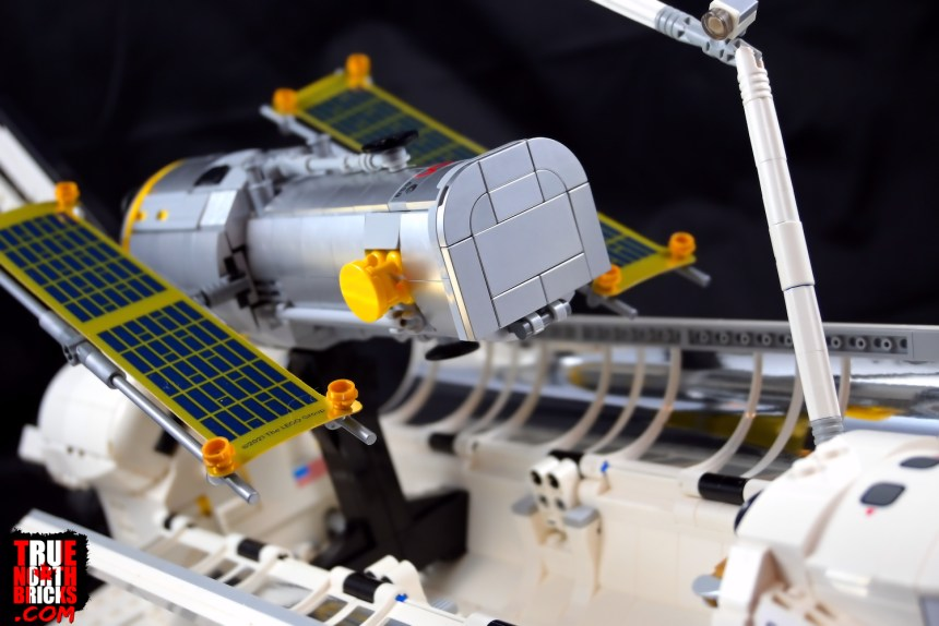 NASA Space Shuttle Discovery (10283) deploying Hubble.