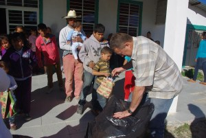 John helped give gifts to the ninos (boys).