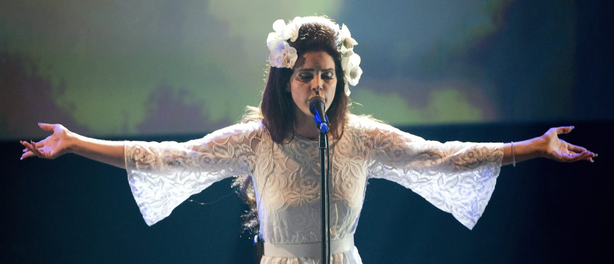 Lana Del Rey Pulls American Flag From Tour Because Of Trump: 'I Feel Less Safe'