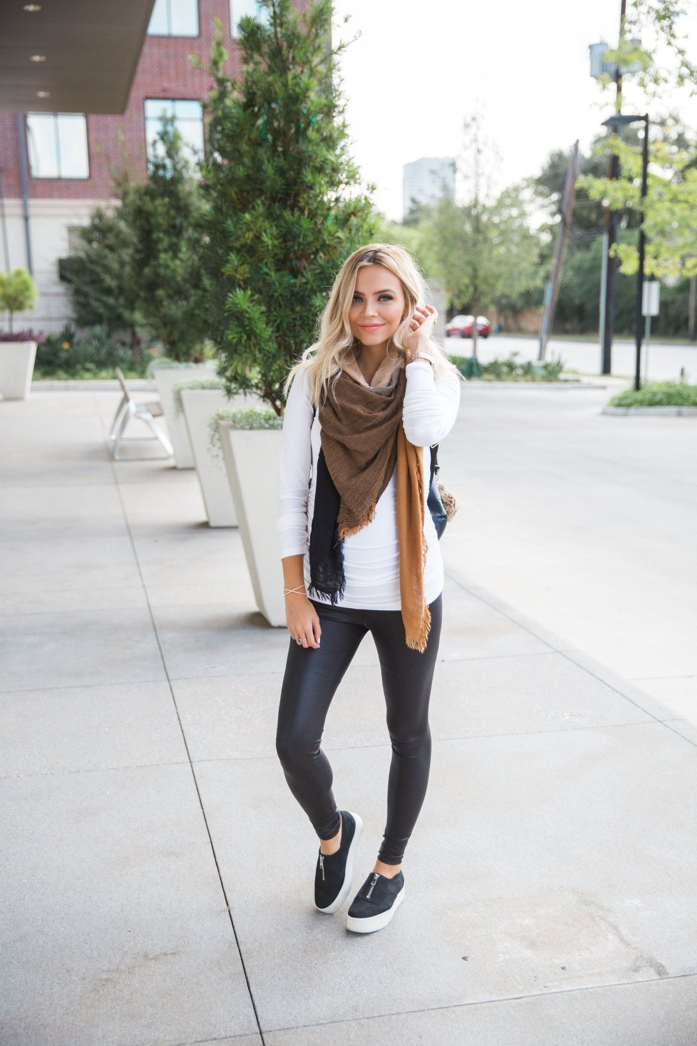 My go-to Momiform! These maternity leggings are the bomb and can be dressed up or down! This is my comfortable maternity outfit!