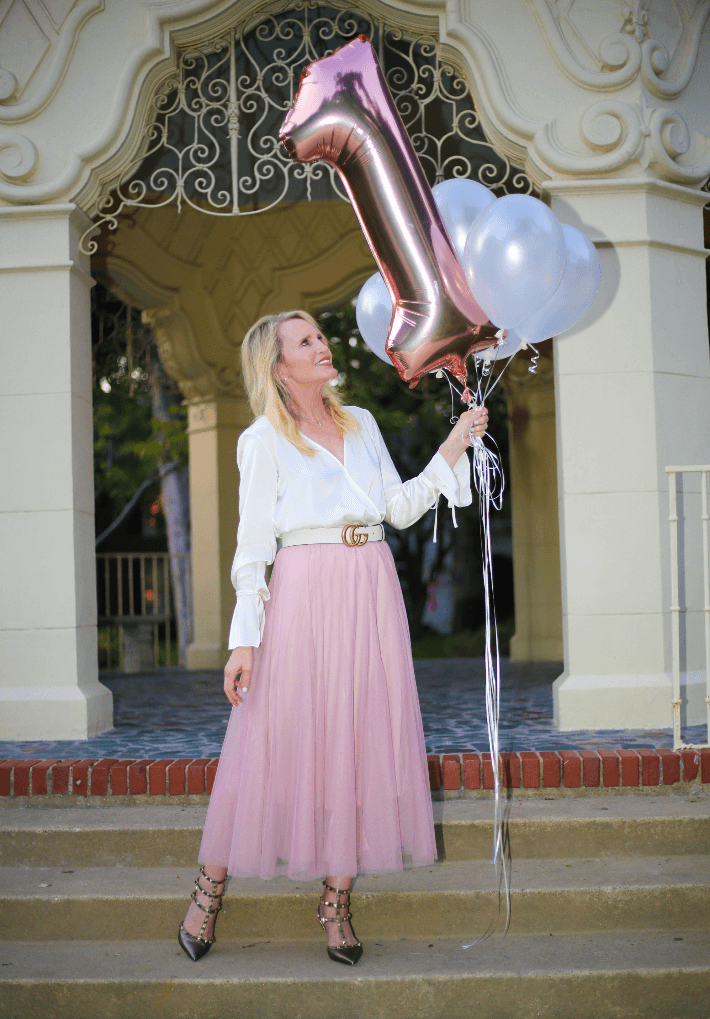 Dallas blogger Truly Megan wearing Chicwish pink tulle skirt, Gucci belt and Valentino Rockstud pumps.