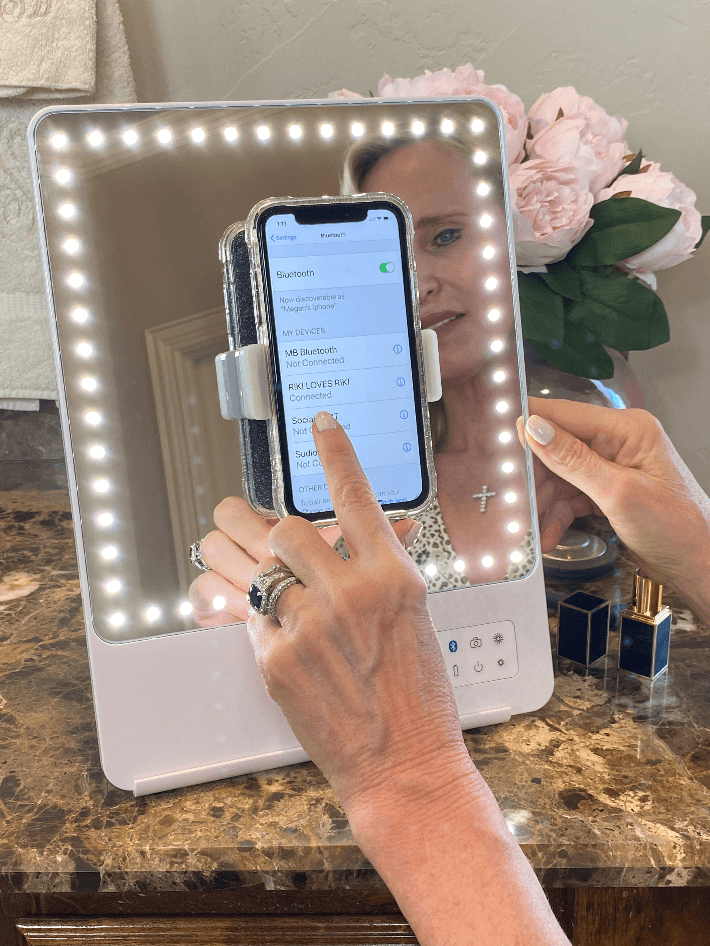 The Riki Skinny Mirror is bluetooth compatable with IOS and android for taking selfies or videos.