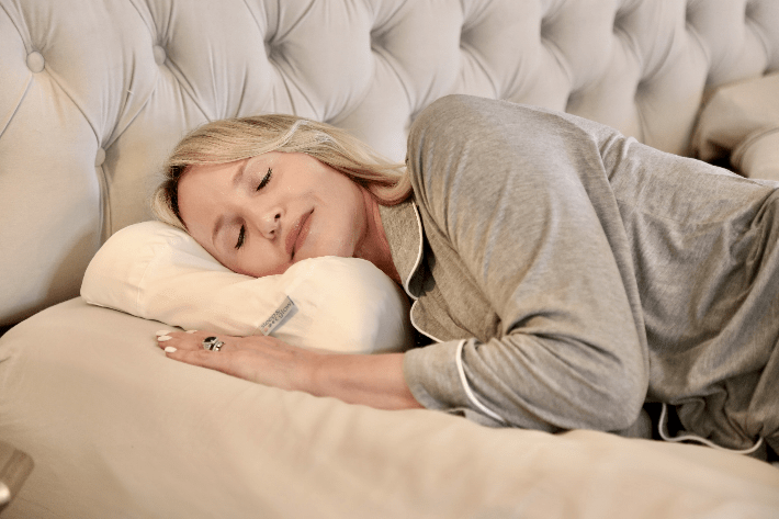 Dallas lifestyle blogger reviewing the Sleep & Glow Anti Wrinkle Omnia Pillow.