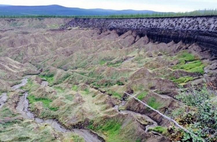 cratère trou sol fonte glace réchauffement sibérie foret sédiments intérieur