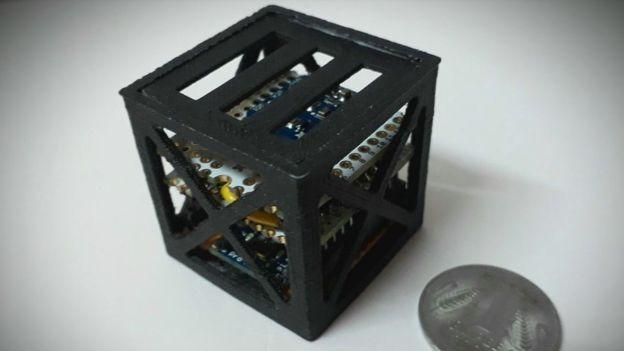 Un prototype du satellite. Crédits: Rifath Shaarook