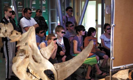 Гости музея смотрят 3D-фильм о раскопках