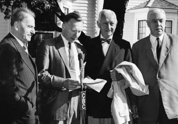 А. Лакассан (Франция), Дж. Ротблат, С. Итон, Д.В. Скобельцын (первая Пагуошская конференция, июль 1957 года). Фото с сайта www.pugwash.ru