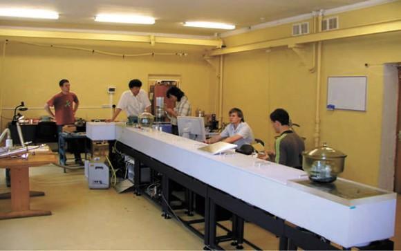 Молодежь за работой на Фурье-спектрометре BRUKER IFS-125HR