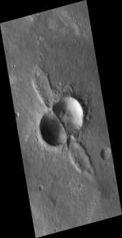 Это нечто с ушами с трудом поддается интерпретации. В центре - два перекрывающихся кратера, а что за уши - непонятно.