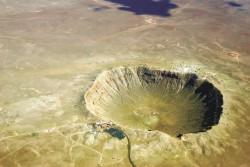 Аризонский кратер в США (он же каньон Дьявола) представляет собой гигантскую земляную чашу диаметром 1219 м, глубиной 229 м, а край кратера поднимается над равниной на 46 м