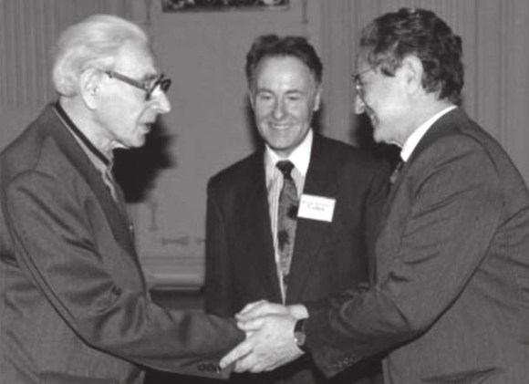 Дж. Сорос (справа) награждает В. Александрова дипломом соросовского профессора.  В центре — В. Сойфер. Фото с сайта http://lebed.com