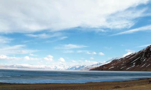 Озеро Цо-Морири, 10 мая 2013 года. Цо по-тибетски — «озеро». В 1875 году здесь побывал художник В.В. Верещагин. Фото С. Литвинчука