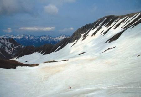 Естественный снежник-перелеток Hamaguri-yuki в Японских Альпах,  напоминающий мощностью и площадью сахалинские отвалы, но расположенный на 1000 км южнее и на большей высоте — 2700 м. Фото Е. Подольского, 26 мая 2009 года