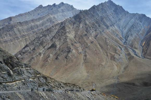Горные слоистые гребни. Долина Пин. 7 октября 2011 года. Фото А. Андреева